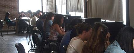 Se encuentran disponibles computadoras para uso académico, destinadas al acceso de recursos de información en soportes digitales.